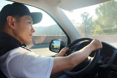 林志穎日前帶著大兒子Kimi出國旅行,之後在臉書分享自己在國外高速公路開車飆到180公里,卻沒想到竟還被按喇叭超車,讓他忍不住疑惑「是我開太慢了嗎?」林志穎12日在臉書分享自己在國外高速公路開車的照...