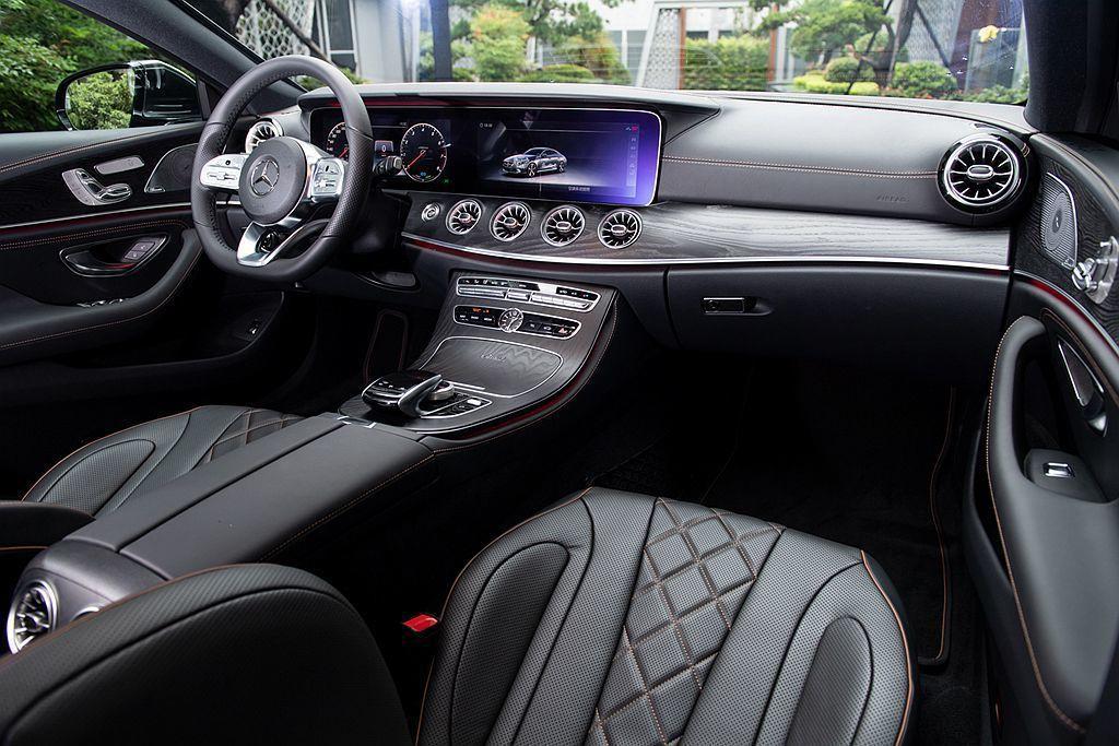 第三代賓士CLS控台設計高科技與豪華氛圍兼具,整合兩具12.3吋寬螢幕的數位儀表與多媒體系統,構築中控台的資訊提供平台。 圖/Mercedes-Benz提供