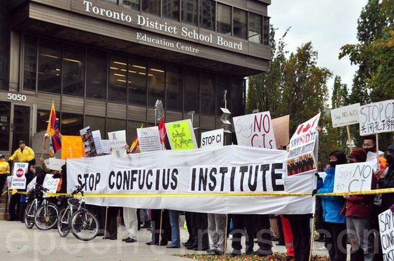 加拿大多倫多的華人抗議「孔子學院」監控海外留學生並介入當地學校活動。 周行
