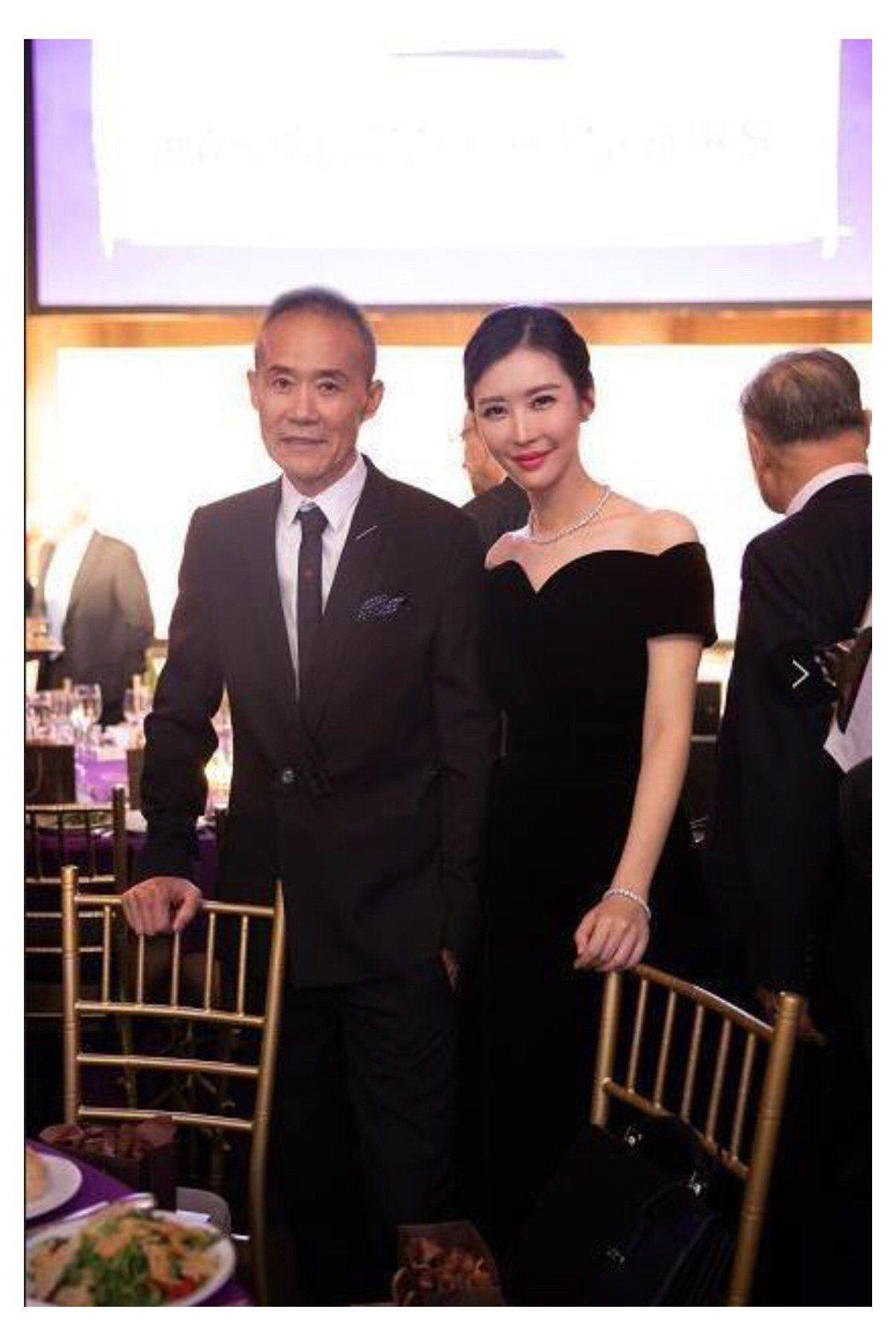 大陸地產大亨王石(左)和女星田樸君差30歲 圖/翻攝微博