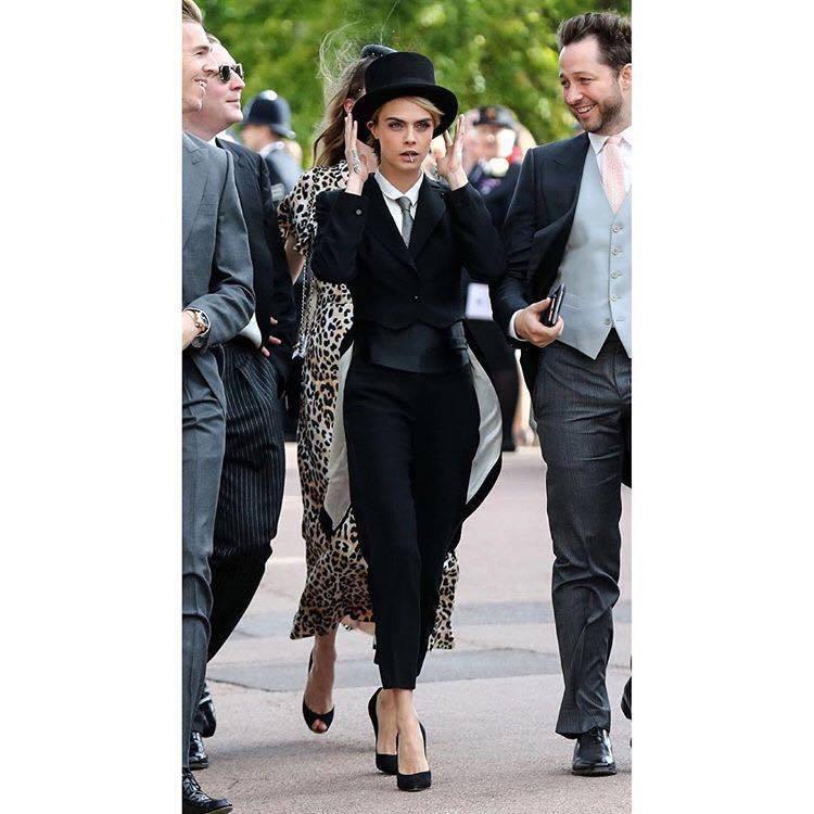 女星卡拉迪樂芬妮打破禮俗,穿著Emporio Armani的西裝、香奈兒高跟鞋、...