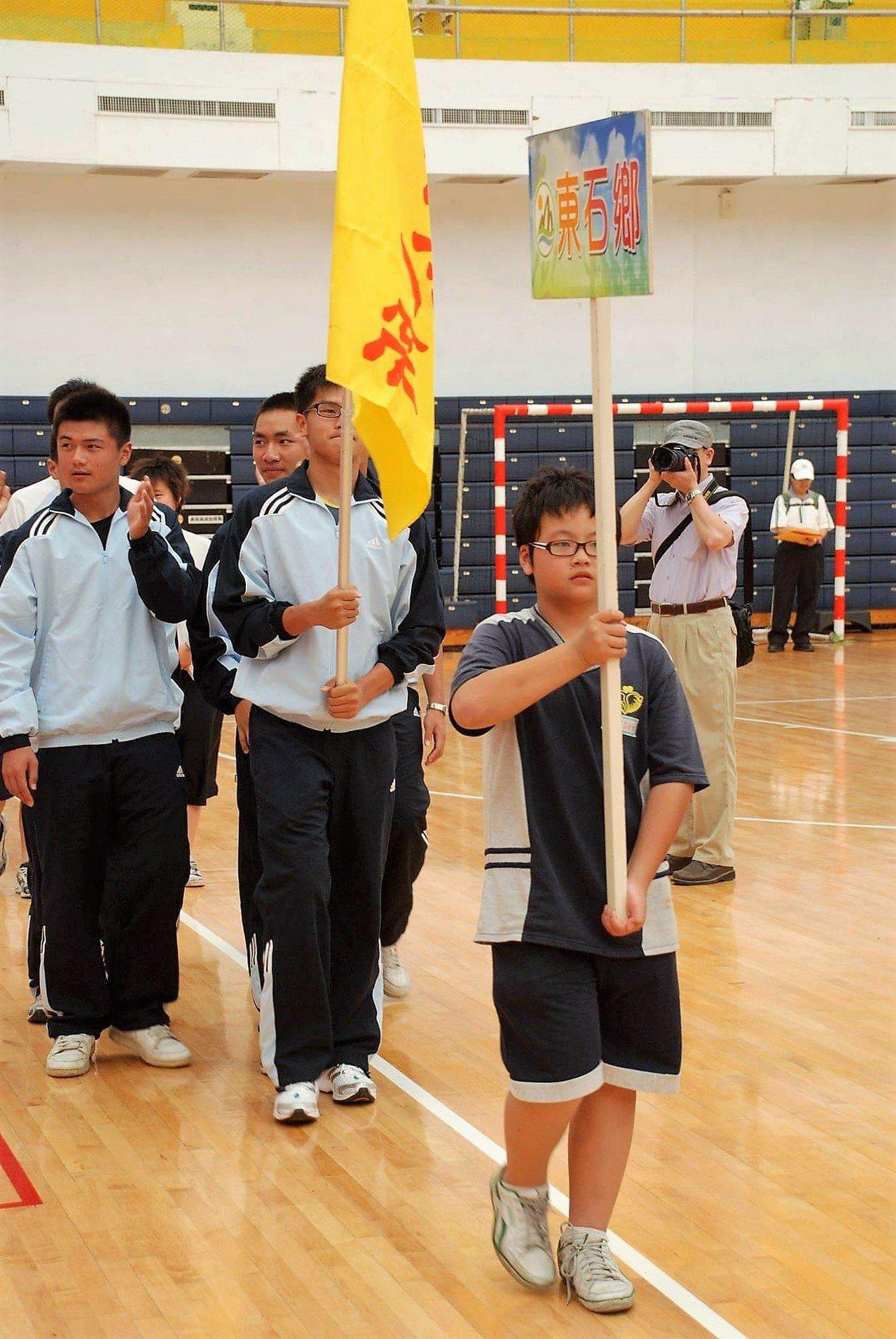 蔡良慶為了紀念的弟弟良闊(前舉牌者),以弟弟名字舉辦運動賽事。圖/蔡良慶提供