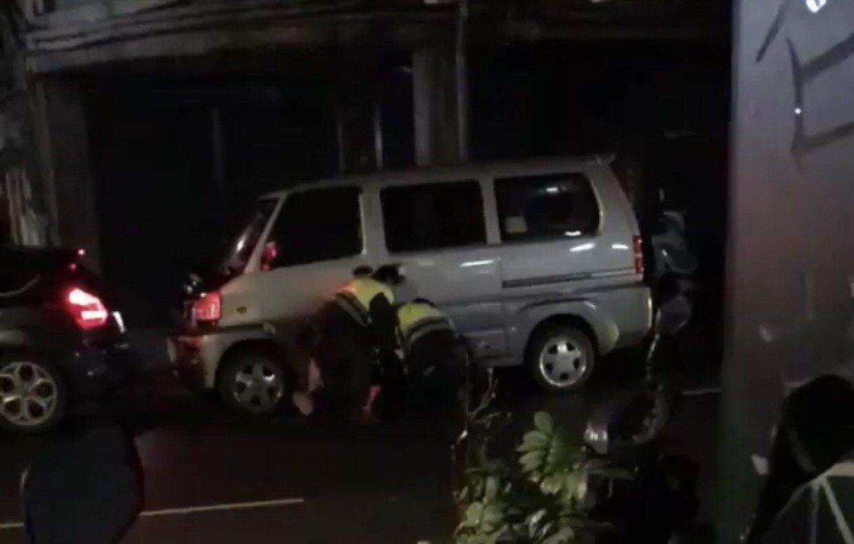 林姓男子不斷掙扎,警員拿出電擊棒發出聲響。記者袁志豪/翻攝