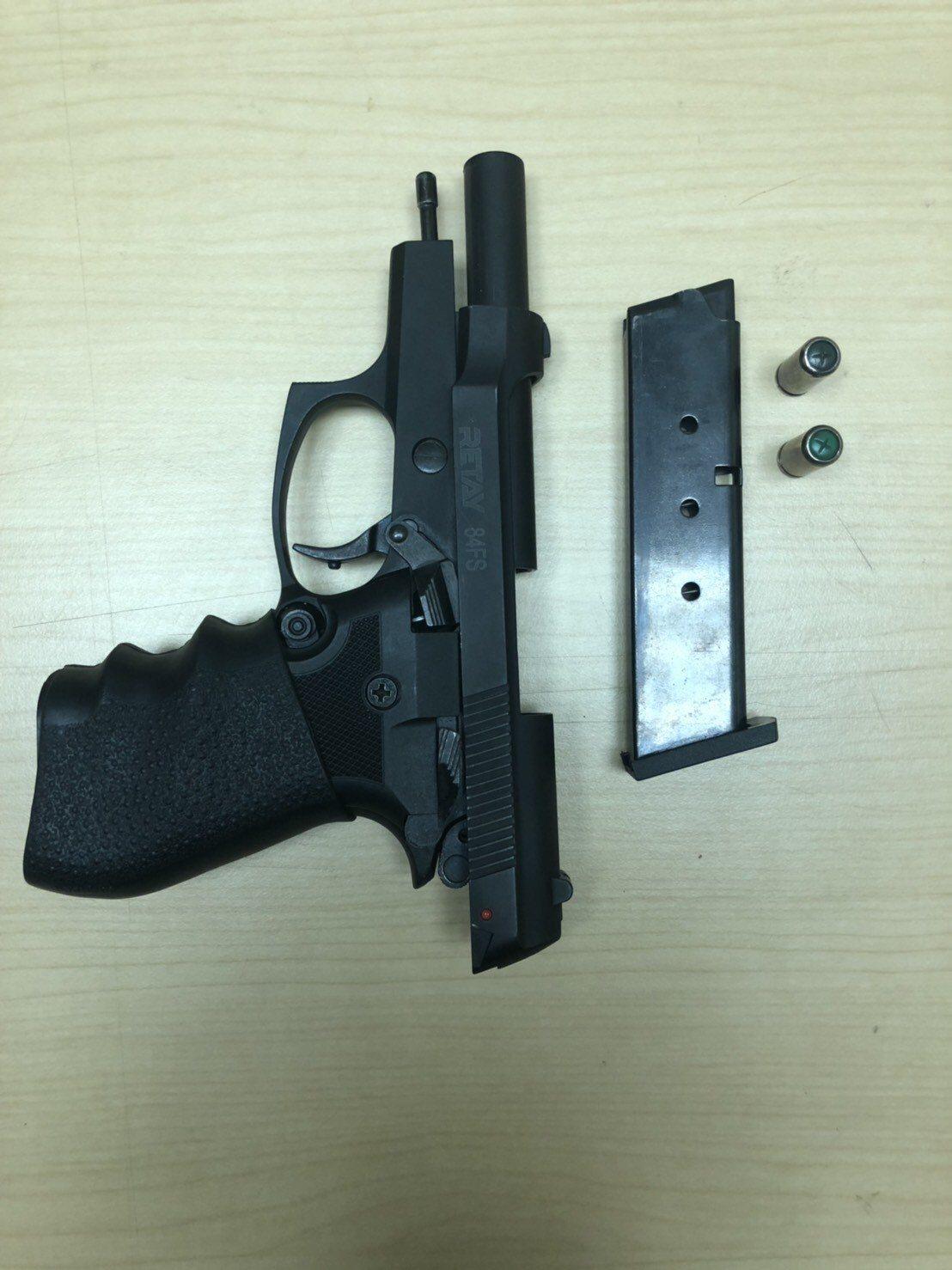 趙姓男子被警方查緝到案,並起獲一把道具手槍和兩顆子彈。記者李承穎/翻攝