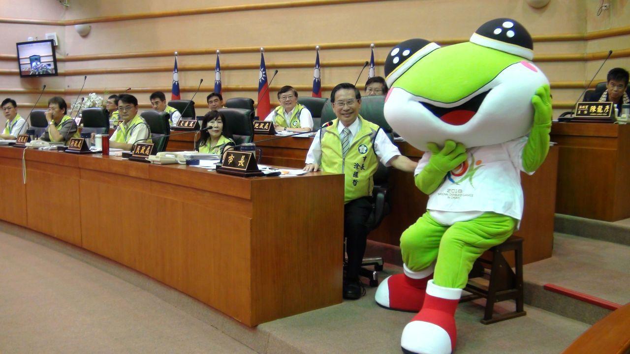 諸羅樹蛙吉祥物曾進到嘉義市議會議場,引起一陣騷動。本報資料照