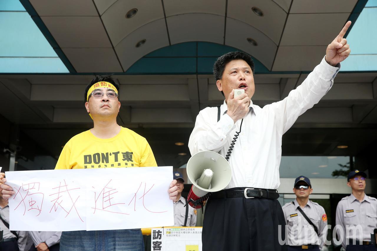 政大教授徐世榮(右)認為土地徵收掠奪人民財產權。聯合報系資料照/邱德祥攝影
