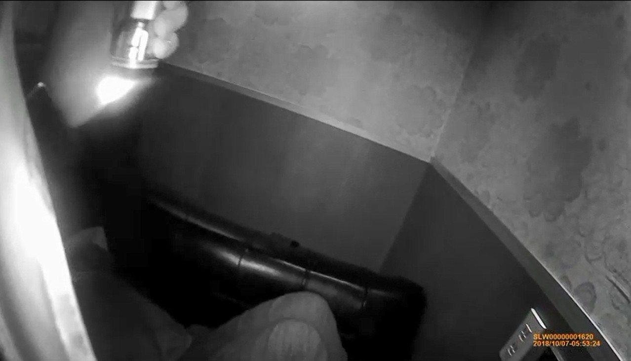 王姓男子吸毒吸到警察來到身旁都毫無知覺。記者袁志豪/翻攝