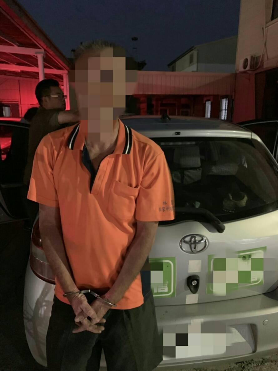 五分局查獲藥頭「阿德」,發現他的車上貼了同宗台南市長參選人海報。 記者周宗禎攝影