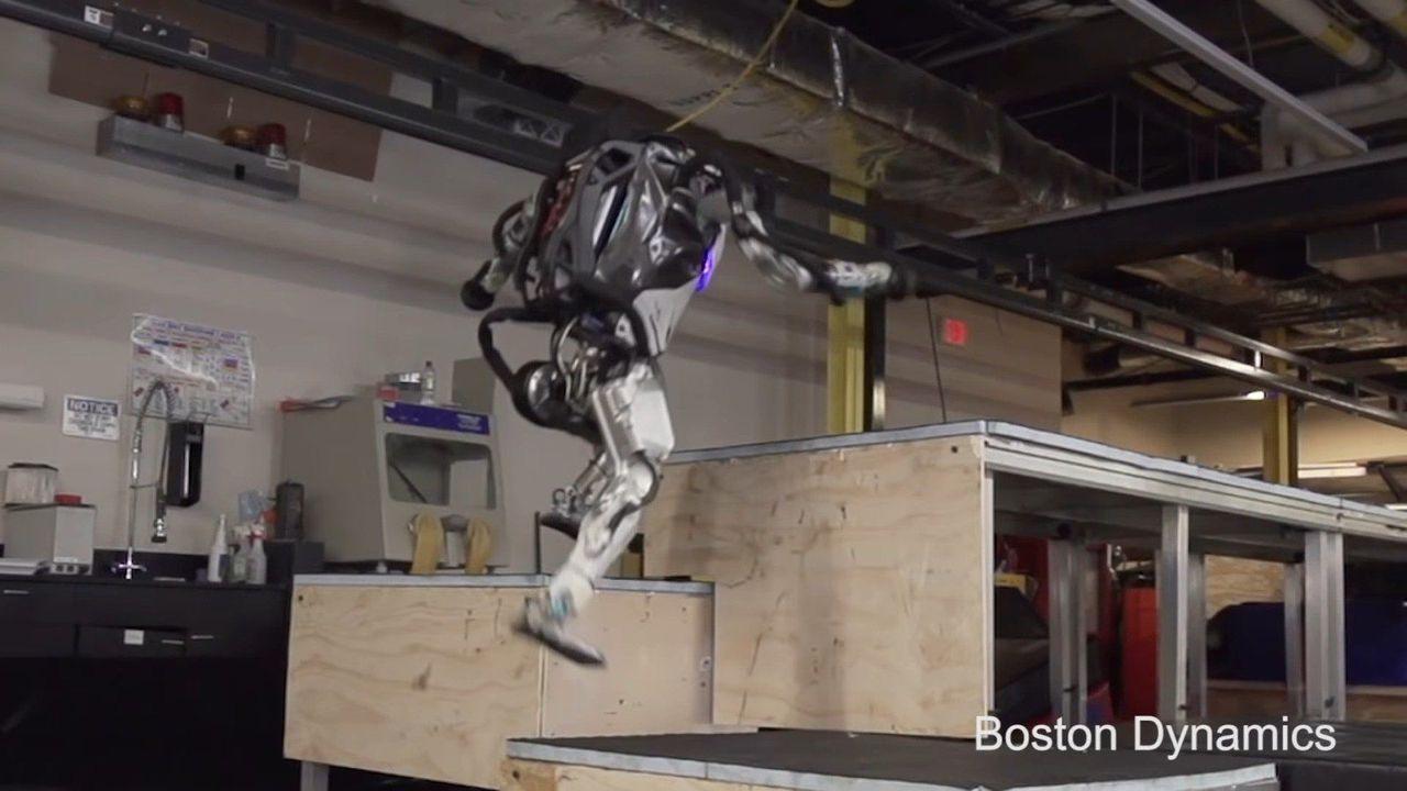 人形機器人Atlas以流暢的動作,兩三下就跳上三層高的平台。取自Boston D...