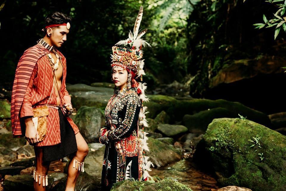 馬志翔和妻子在婚禮前以原住民服裝在山裡拍結婚照。圖/摘自臉書