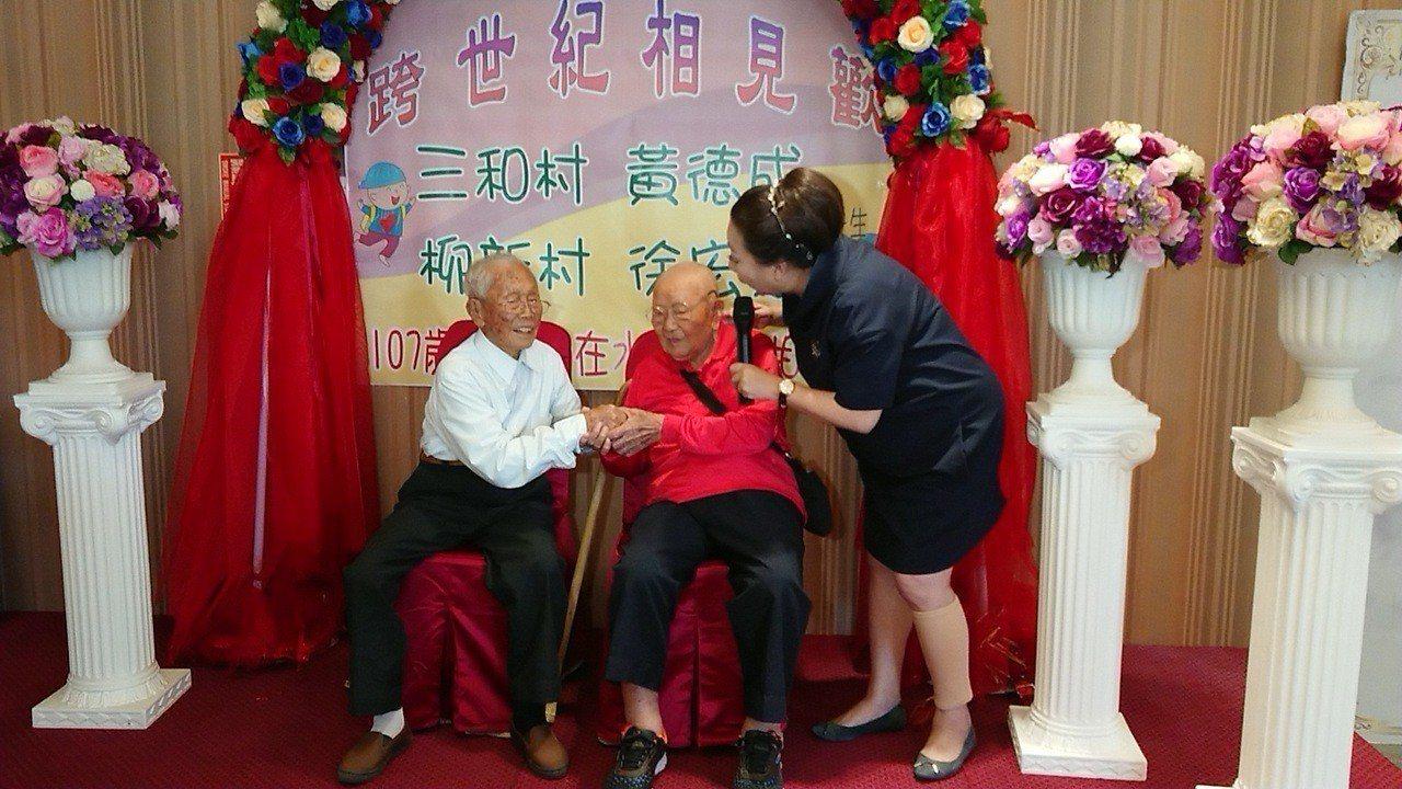嘉義縣長張花冠(右起) 稱讚徐宏烈、黃德成身體健康。記者卜敏正/攝影