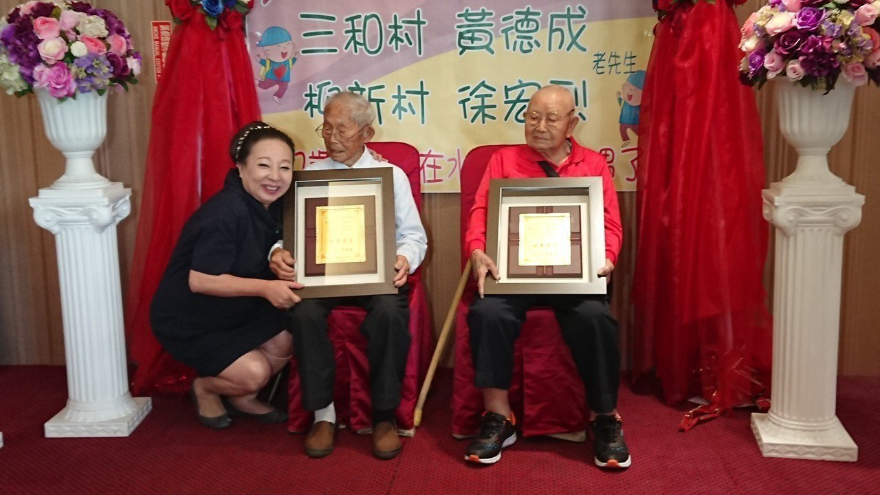 嘉義縣長張花冠(左起) 贈送黃德成、徐宏烈紀念品。記者卜敏正/攝影