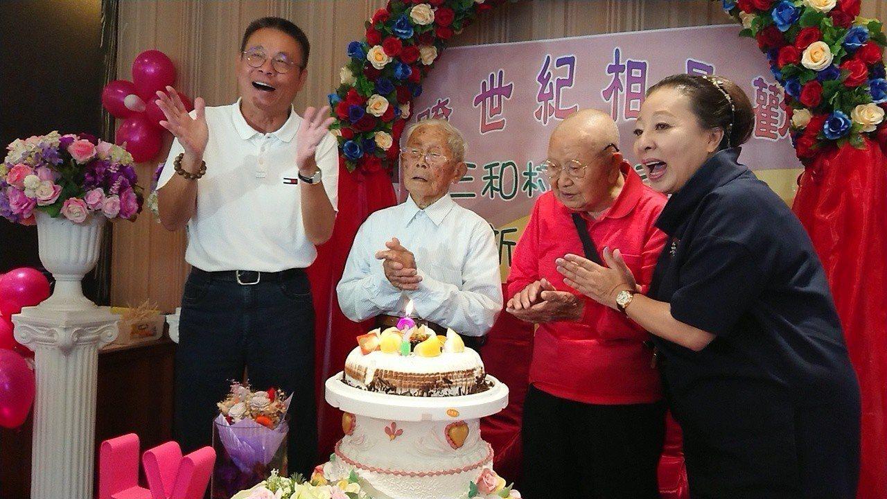 嘉義縣長張花冠(右起) 為徐宏烈、黃德成唱歌慶祝相見歡活動。記者卜敏正/攝影