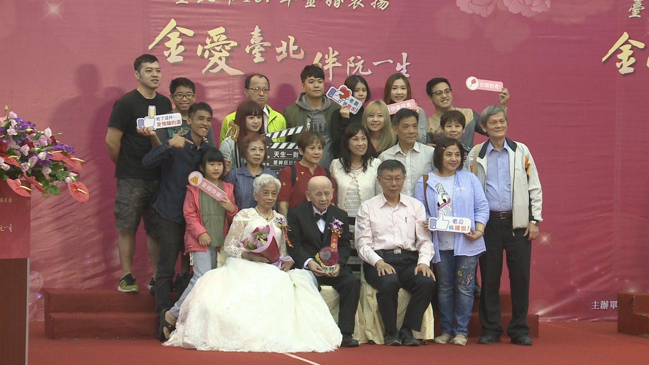 台北市長柯文哲上午出席金婚表揚典禮前接受媒體聯訪,他坦言自己支持度在網路重度使用...