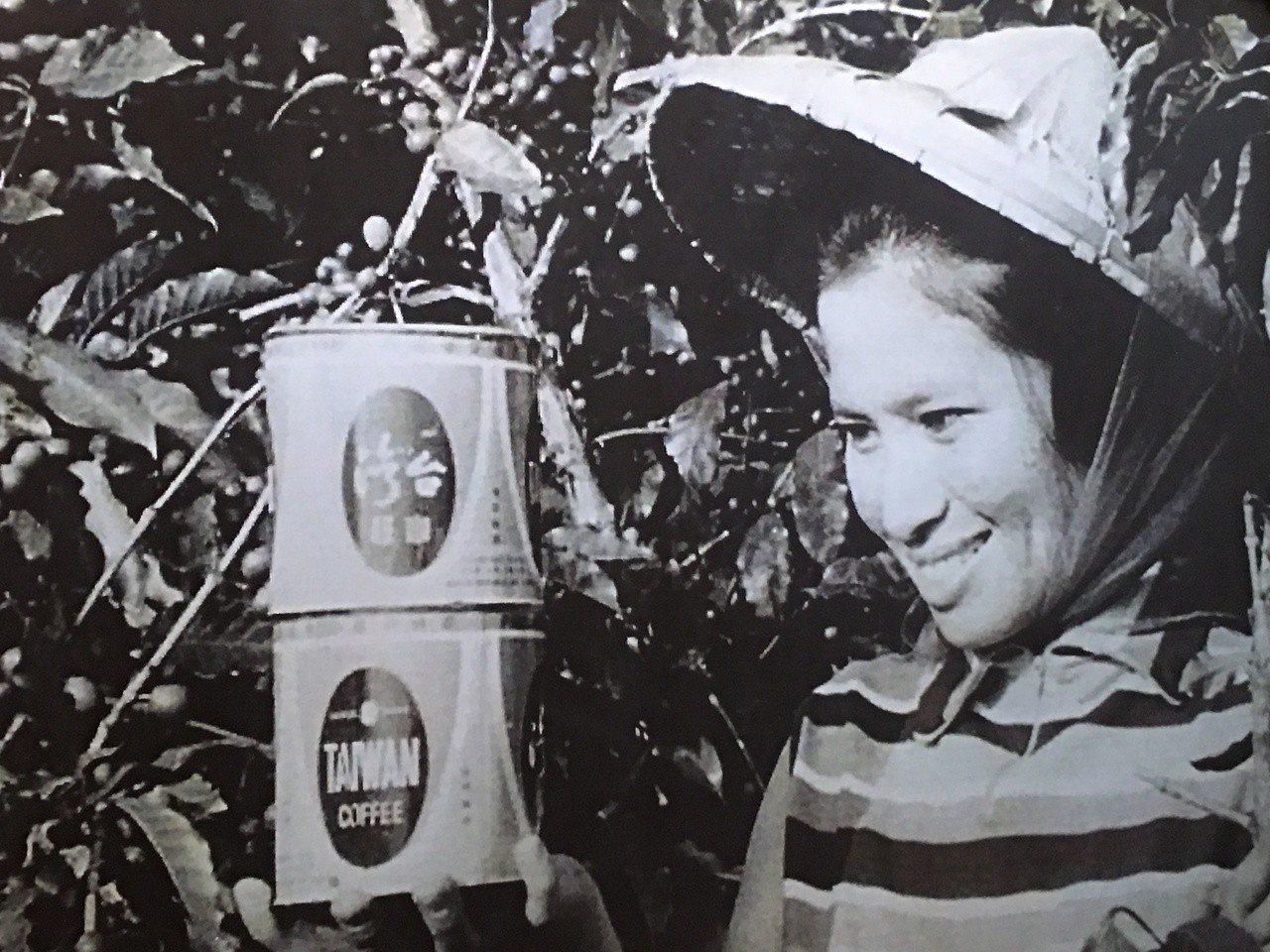 雲林縣古坑鄉有台灣咖啡原鄉之稱,志工調查史料發現一張約民國53年左右拍攝的咖啡宣...