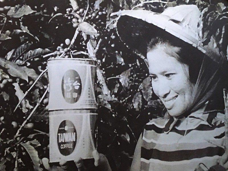 雲林縣古坑鄉有台灣咖啡原鄉之稱,志工調查史料發現一張約民國53年左右拍攝的咖啡宣傳照,照片中手拿咖啡的小姐應為台灣第一代咖啡代言人,志工苦尋10幾年,終於在最近找到本尊「廖寶華」。記者陳雅玲/翻攝