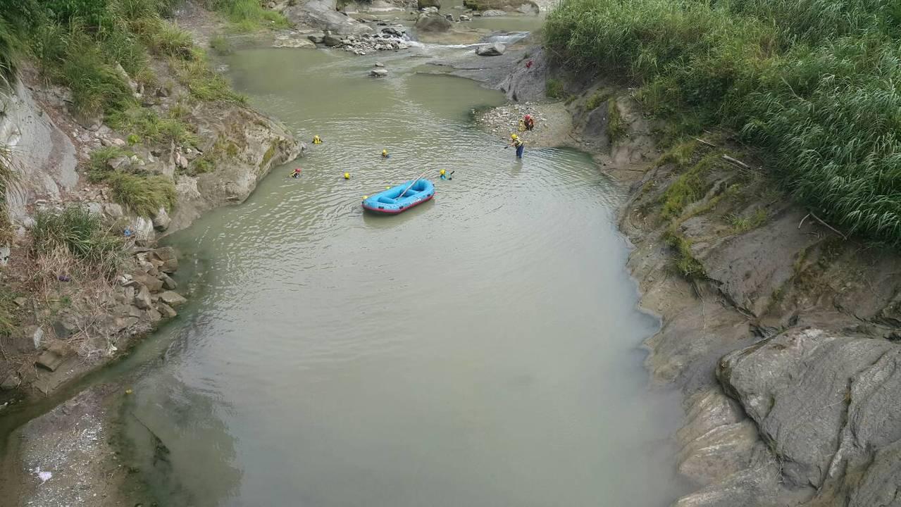 台中市東勢區有國中生溺水,有5名國中生今天上午到東勢區東蘭路旁溪邊烤肉戲水,2人...