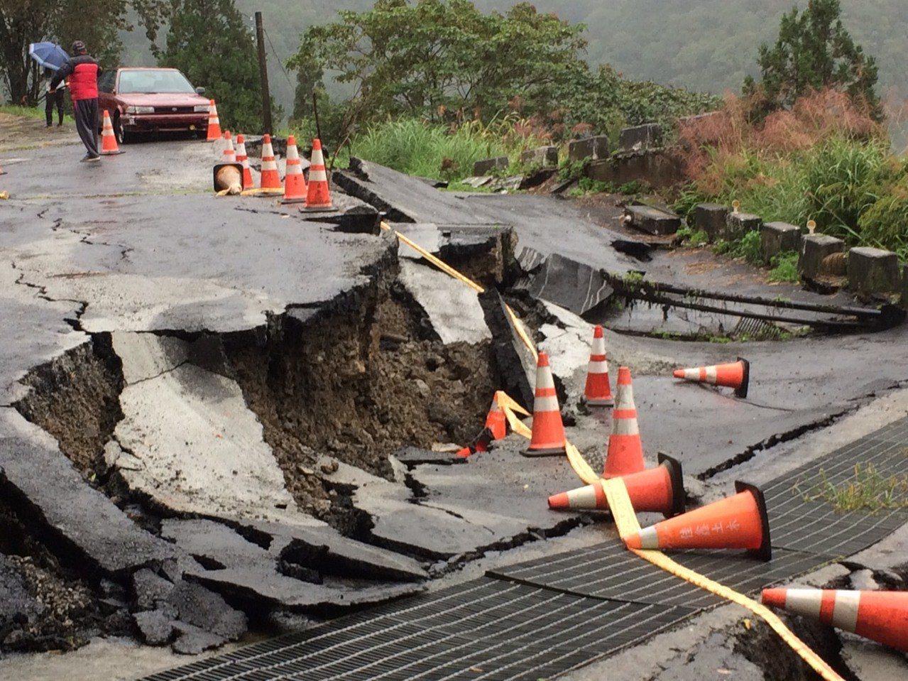 桃園市復興區拉拉山神木區入口處,今天上午發生路面坍方,隆起位移近50公分,園方表...