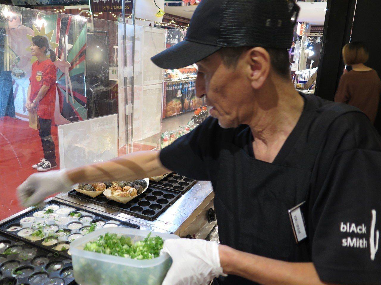 今年主打現做美食,邀來職人現做備長炭章魚燒。記者張裕珍/攝影