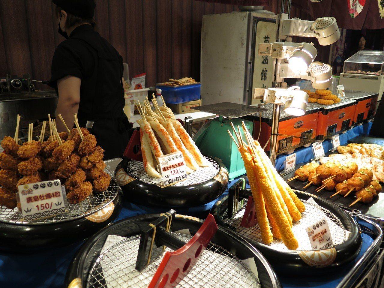 日本物產展頂級現烤串燒區還有海鮮與干貝花枝天婦羅、可樂餅等點心,道道紮實美味。記...