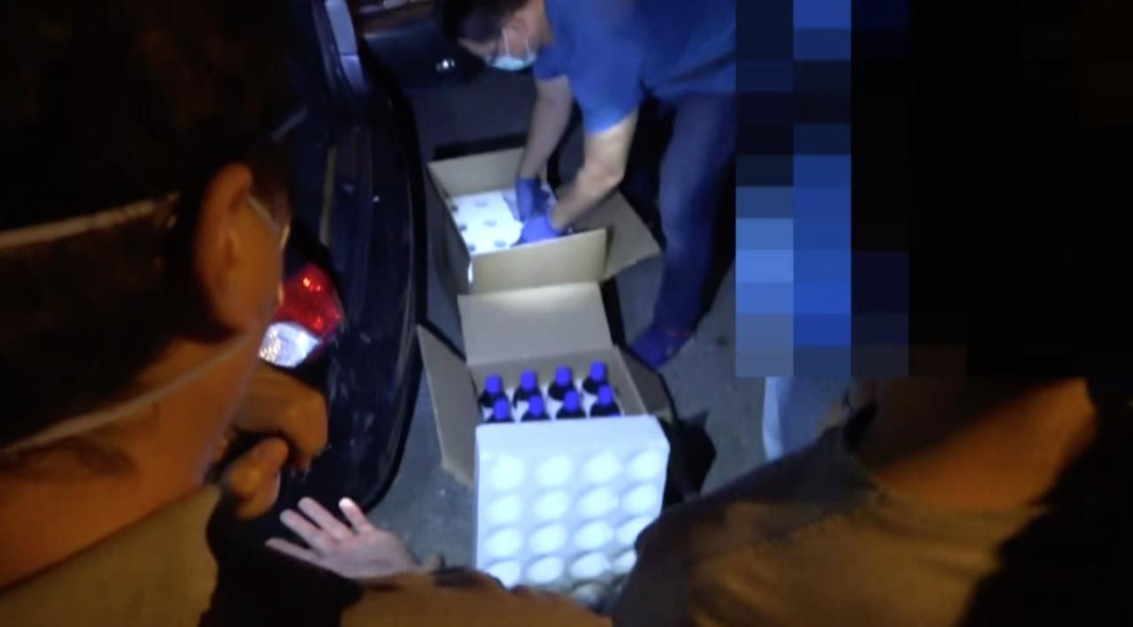 警方在嫌犯車上查獲製毒的原料化學物品。記者劉星君/翻攝