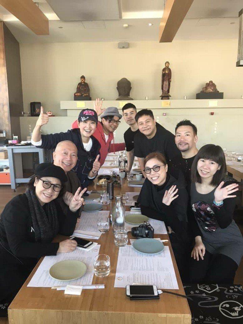 廖安麗(左排三)和前夫一起在澳洲為大女兒辦婚禮,先歡聚餐敘。圖/摘自臉書