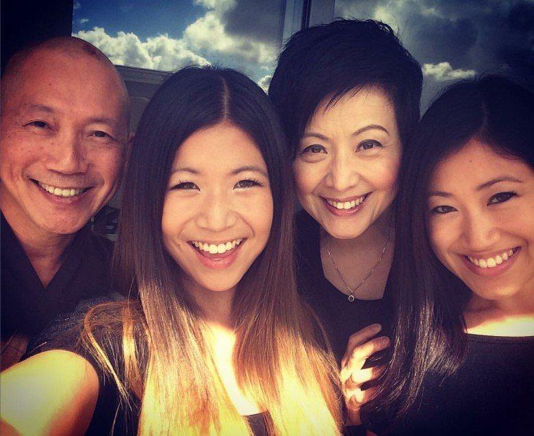 廖安麗和前夫、兩個女兒就像以往開心合照。圖/摘自臉書
