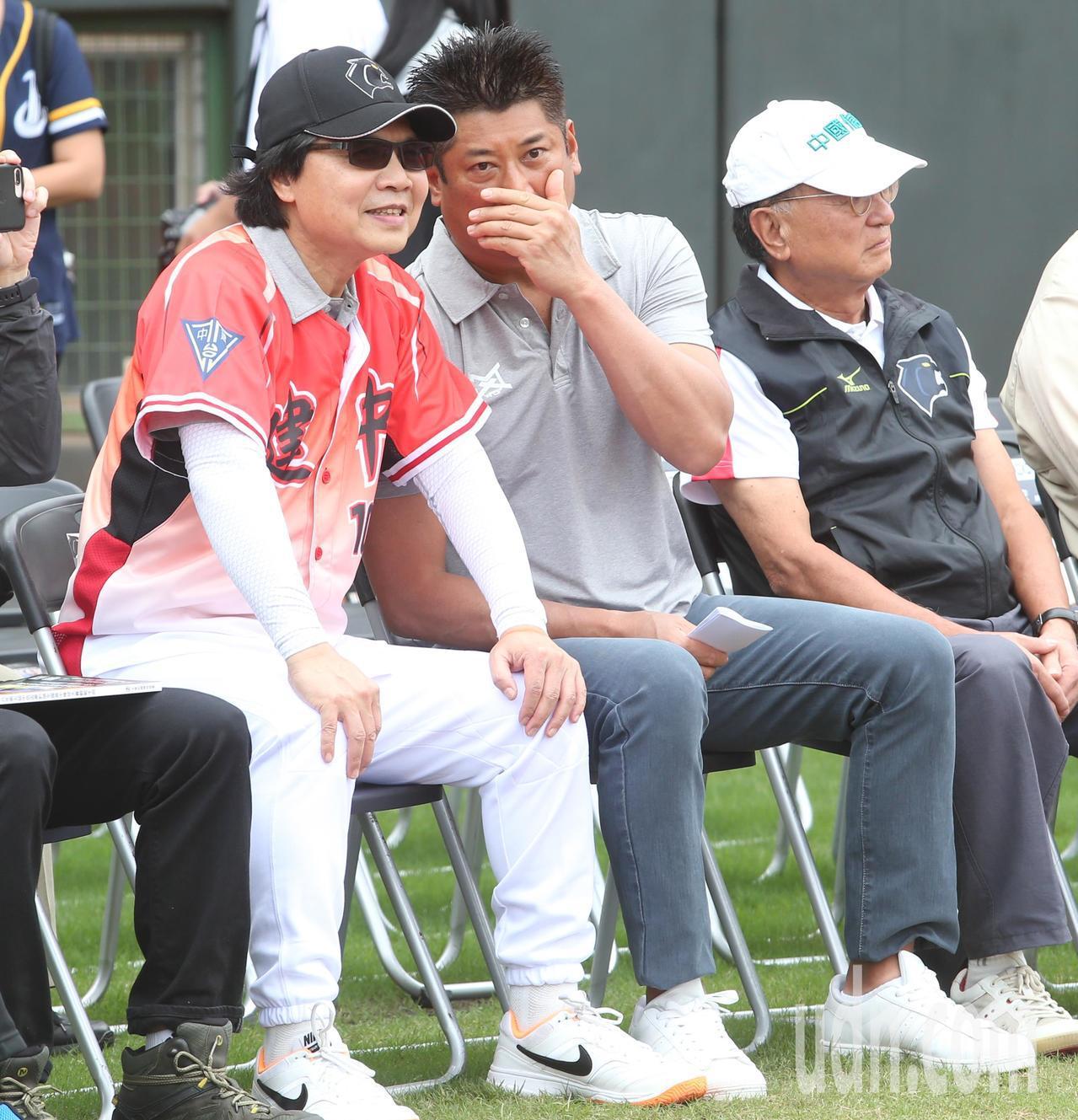 教育部長葉俊榮(左)、中華民國棒球協會理事長辜仲諒(中)下午出席天母棒球場的中信...
