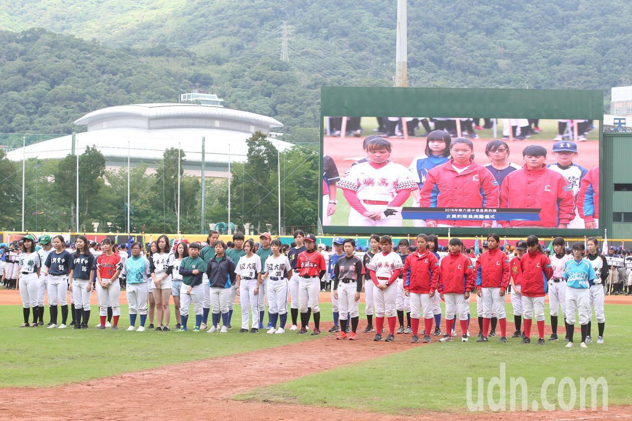 中信盃黑豹旗全國高中棒球大賽下午在天母棒球場舉行開幕儀式,共有64位教練與球員參...