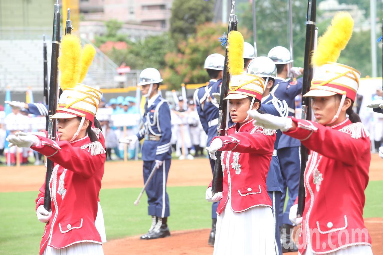 中信盃黑豹旗全國高中棒球大賽下午在天母棒球場舉行開幕儀式,並由莊敬高職擔任儀隊表...