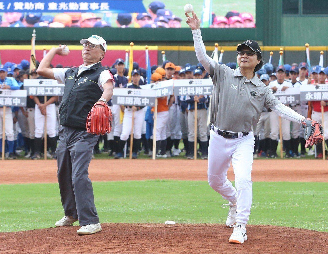 中信盃黑豹旗全國高中棒球大賽下午在天母棒球場舉行開幕儀式,由中信銀行董事長童兆勤...