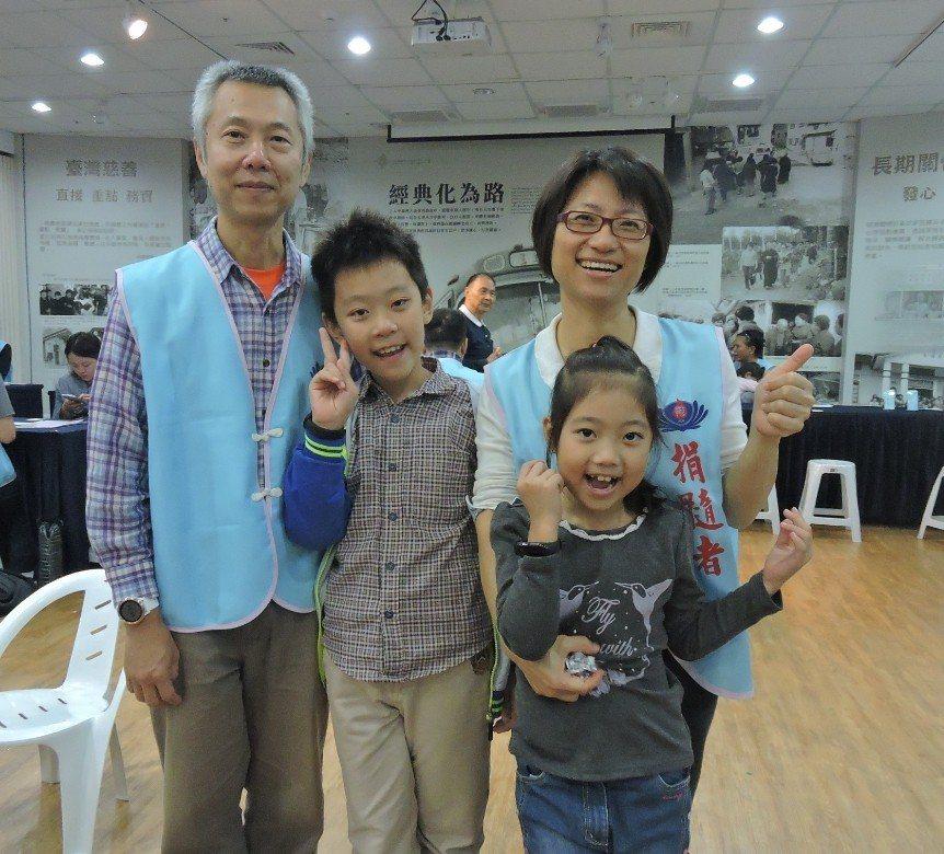 捐髓者游怡成(左一)與陳巧凌(右一)相約攜手勸髓一輩子。 圖/慈濟基金會提供