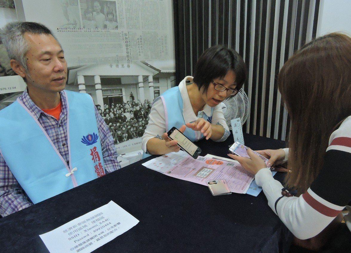 游怡成與陳巧凌這對捐髓伉儷,希望更多社會大眾可以攜手加入驗血建檔的行列。 圖/慈...