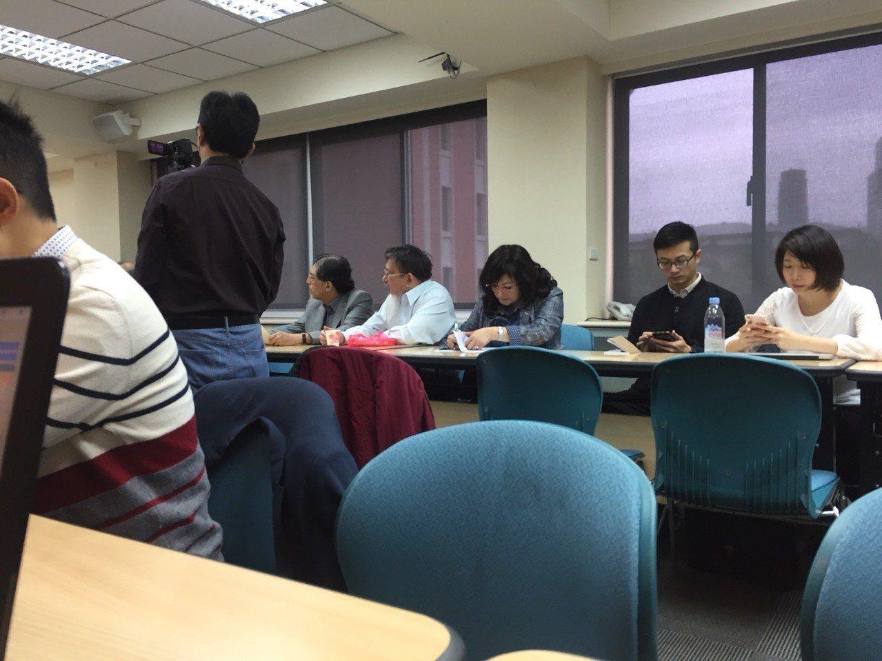 律師張靜(右4)現身研討會。記者賴佩璇/攝影。