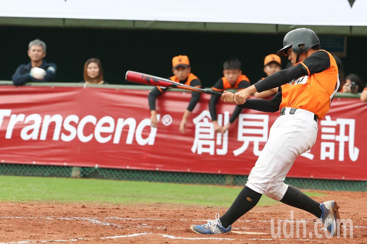 中信盃黑豹旗全國高中棒球大賽,楊梅高中葉弘祺敲出安打。記者葉信菉/攝影