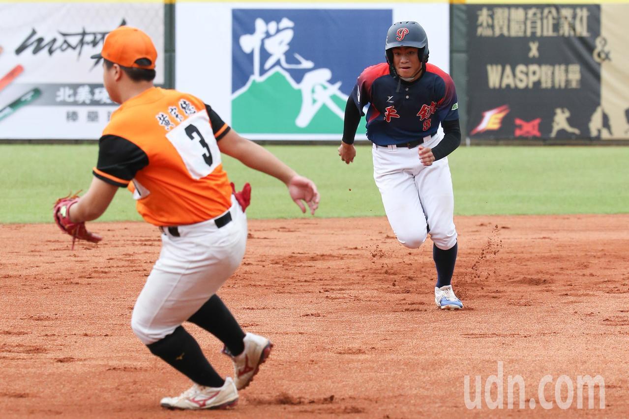 中信盃黑豹旗全國高中棒球大賽,由平鎮高中對上楊梅高中,平鎮高中藉著盜壘與對手的防...