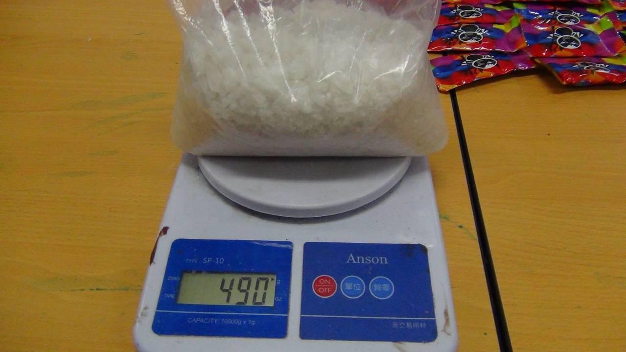 警方在林嫌車內查獲2大2小透明塑膠包內有不明結晶粉末。圖/中埔分局提供