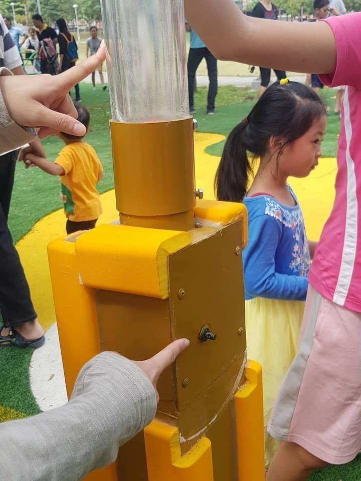 臉書社群「嘉義多一點」今天下午在臉書PO文指「爸爸媽媽帶小朋友去公園玩千萬要小心...