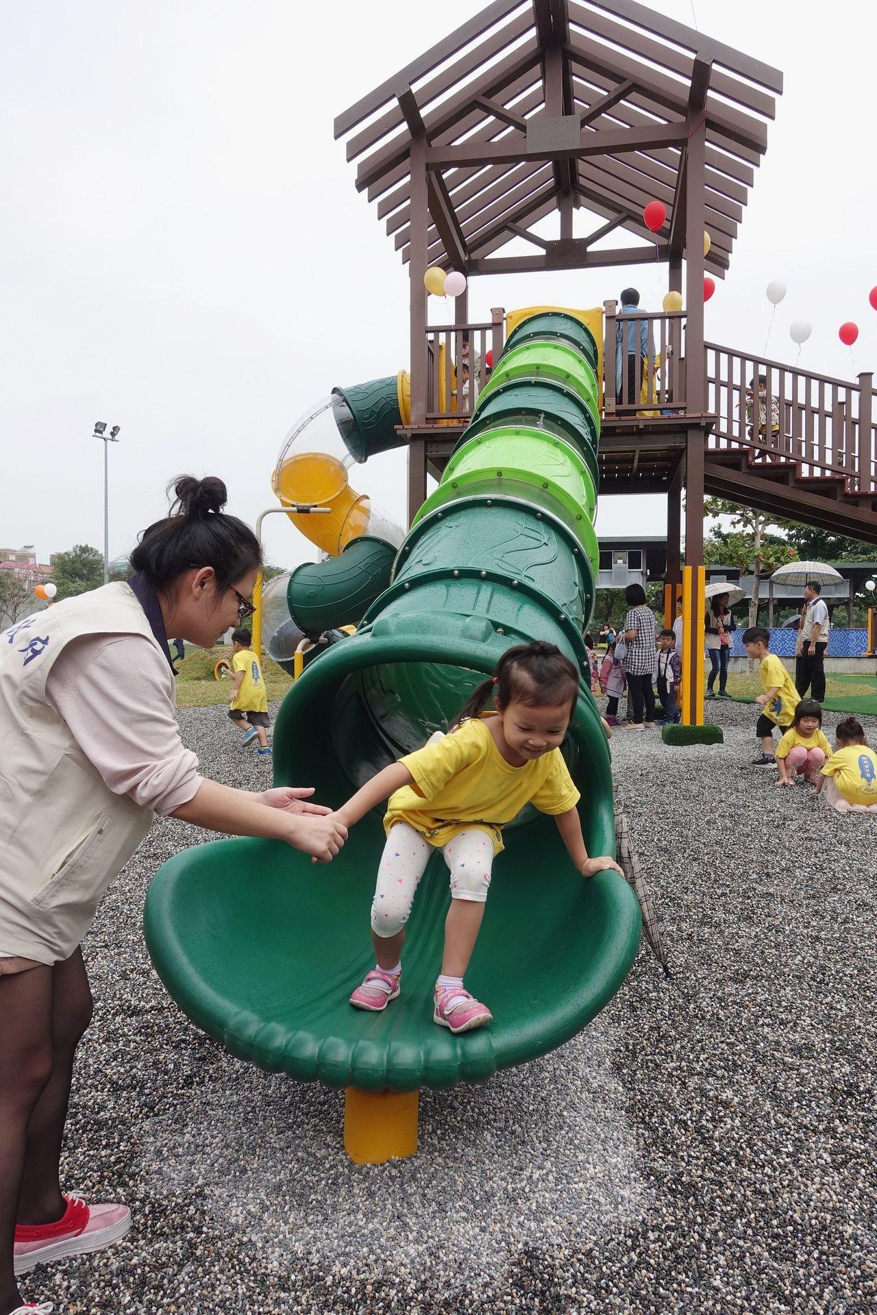 雲嘉南首座共融式遊戲場昨天正式啟用,嘉義市長涂醒哲強調,每一項共融式遊具都符合C...