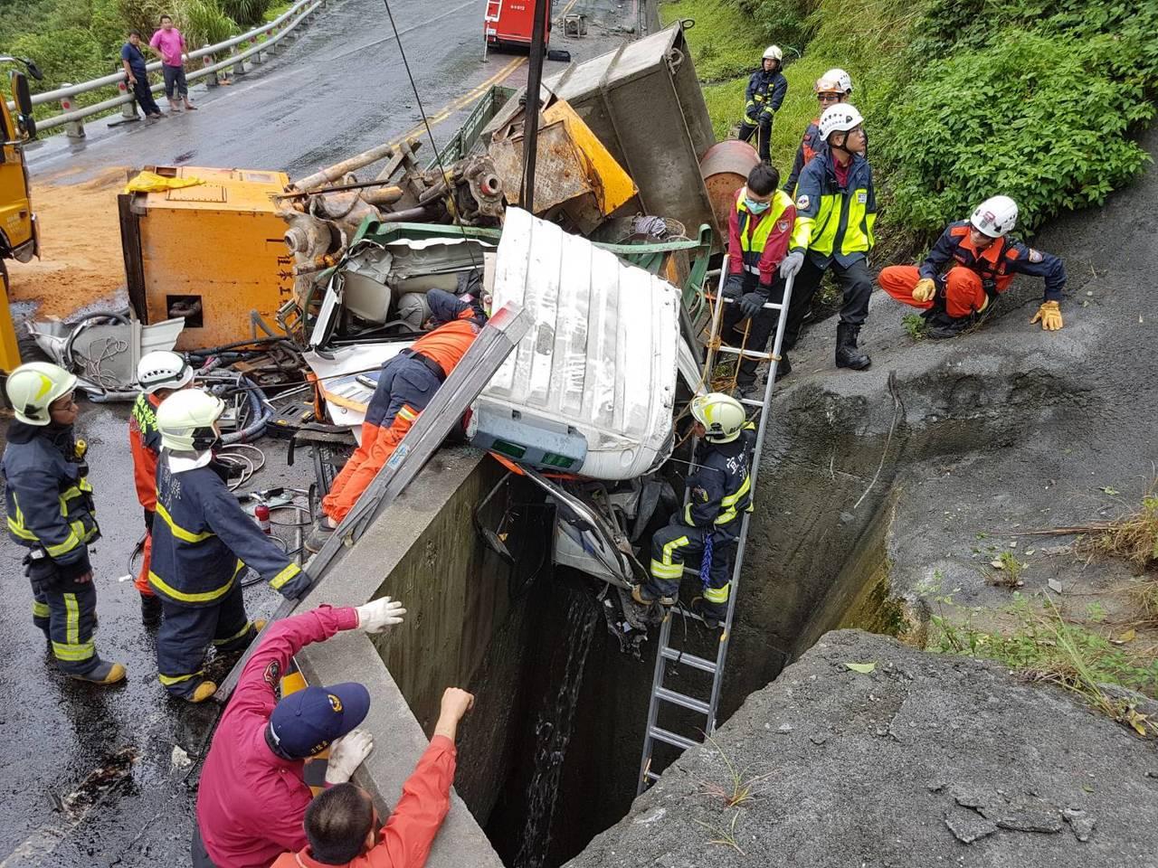 舊蘇花公路貨車撞山壁,消防局人員搶救。圖/宜蘭消防局提供
