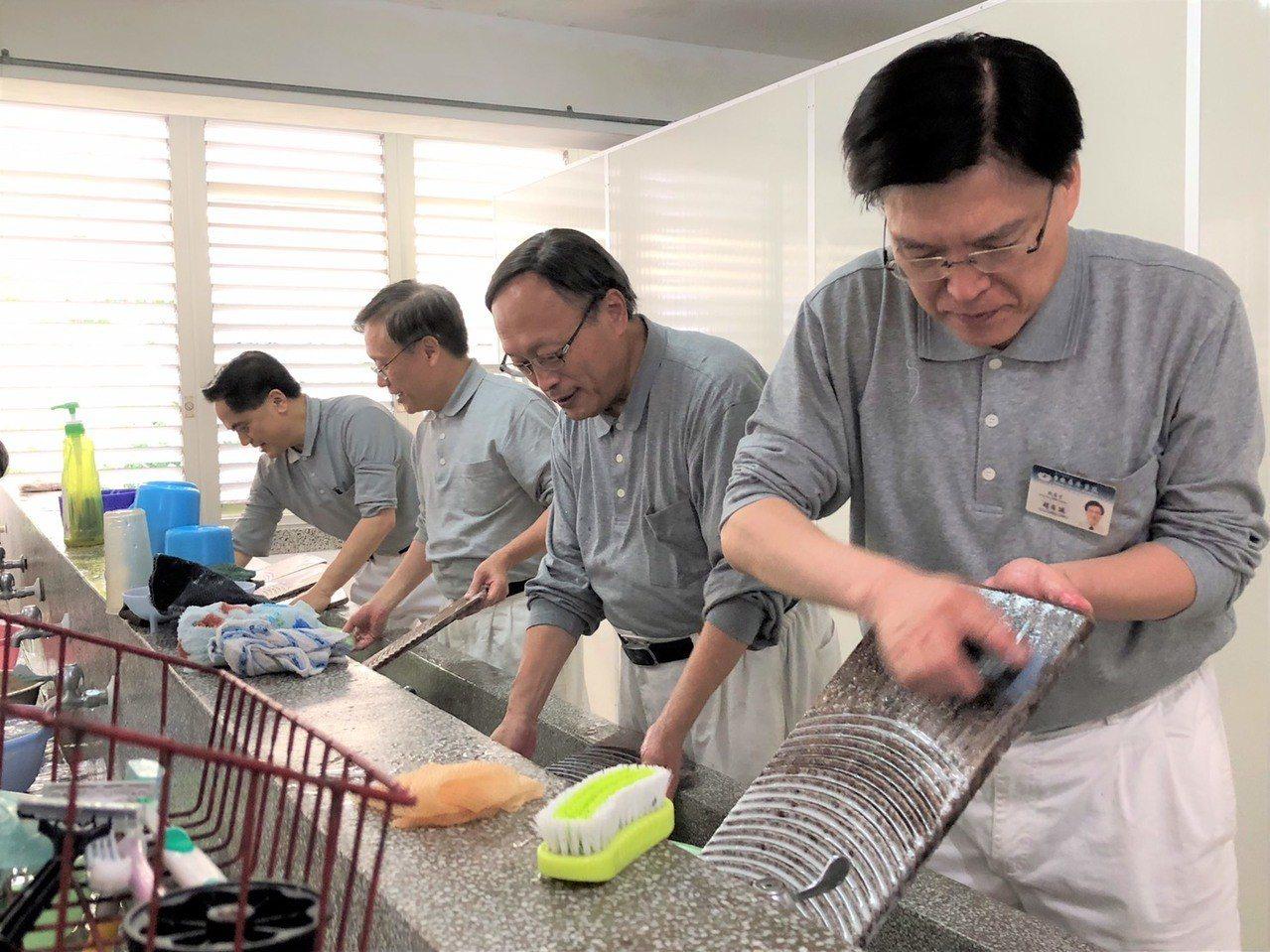 四位慈濟醫院院長打掃「淨房」,各自領悟「洗衣板哲學」。右起台北慈濟院趙有誠、大林...