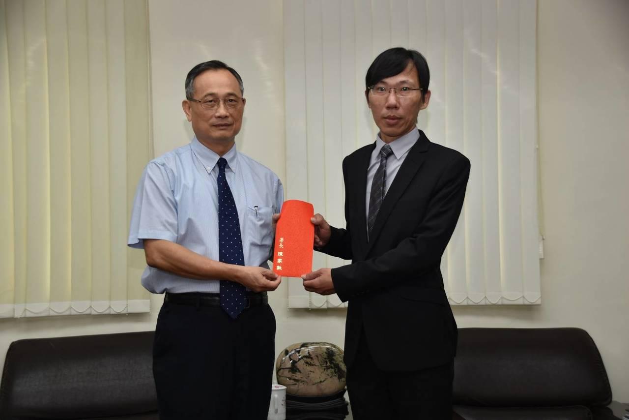 警政署長陳家欽(左)今天上午到台中市警局訪視,並頒發萬元紅包給第一警分局偵查佐曾...