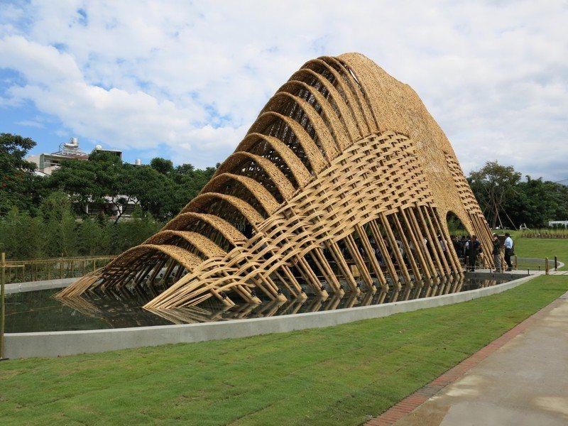 運用來自南投竹山的竹工藝,以350根孟宗竹及3萬片竹篾編搭而成的「竹跡館」,象徵台灣的中央山脈,昨天提前完工亮相。記者黑中亮/攝影