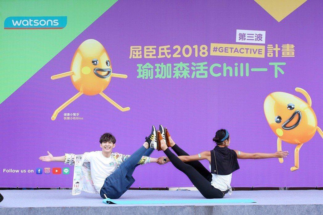 炎亞綸(左)和老師嘗試雙人瑜伽。圖/先勢公關提供