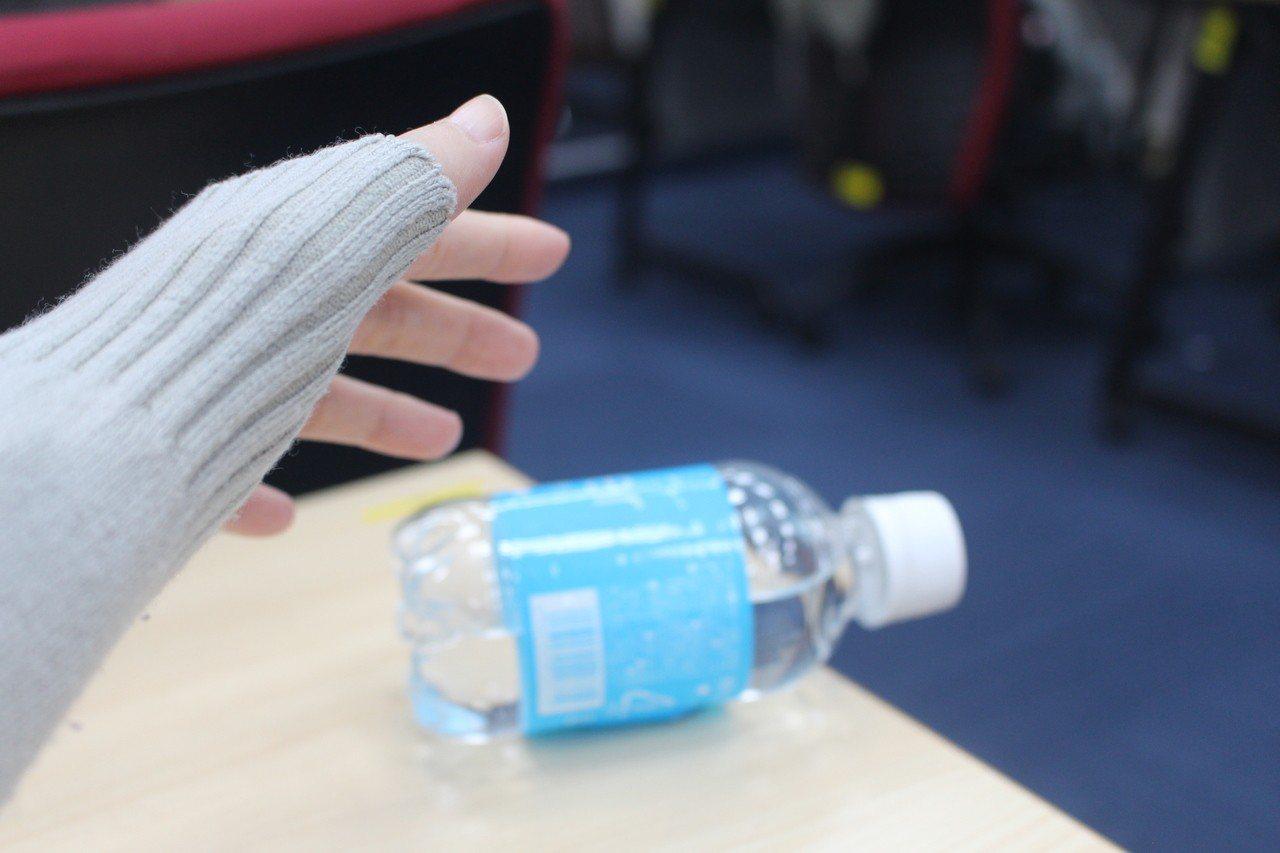 曾發現年邁的父母拿在手中的東西突然脫落嗎?可別視而不見,醫師提醒,這有時是中風前...