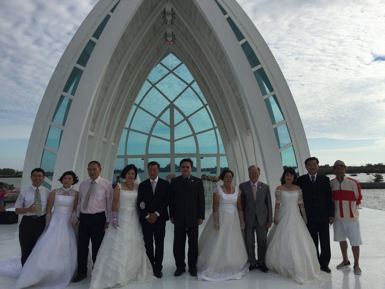 4對夫妻參加台南市北門區水晶教堂紀念婚禮。記者吳政修/攝影