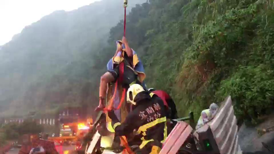 今天中午在舊蘇花公路有大貨車撞山壁,58歲的張姓司機受困被撞扁的車頭駕駛座,經宜...