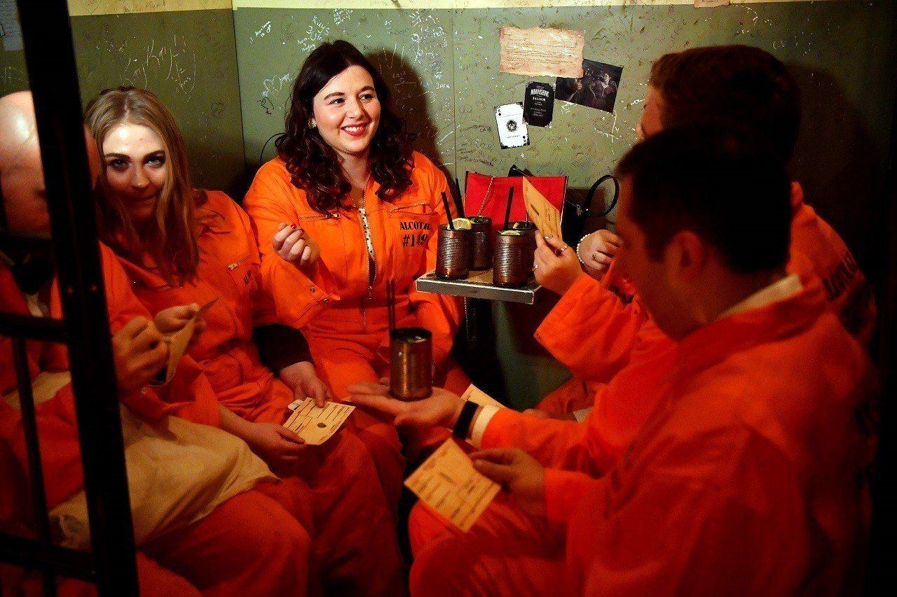 英國倫敦東區監獄主題酒吧Alcotraz11日開門營業,客人按規矩換裝成受刑人,...