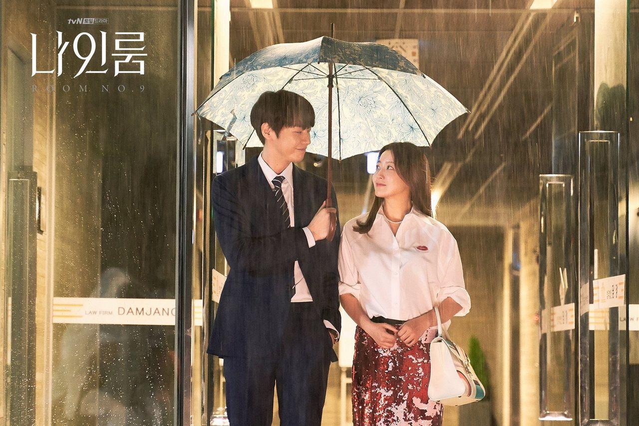 金喜善在tvN《九號房間》演繹DELVAUX的Brillant系列彩色圖騰牛皮中...