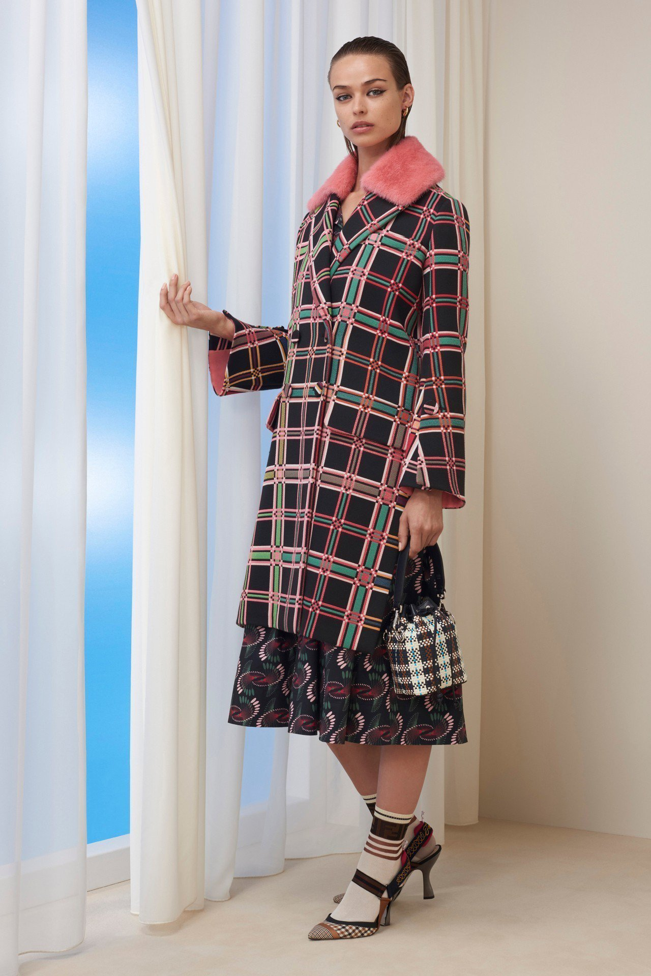 金喜善所穿的2018早秋FENDI桃紅皮草領飾格紋大衣。圖/FENDI提供